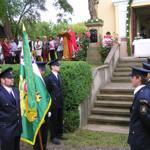 S obecními symboly před kaplí